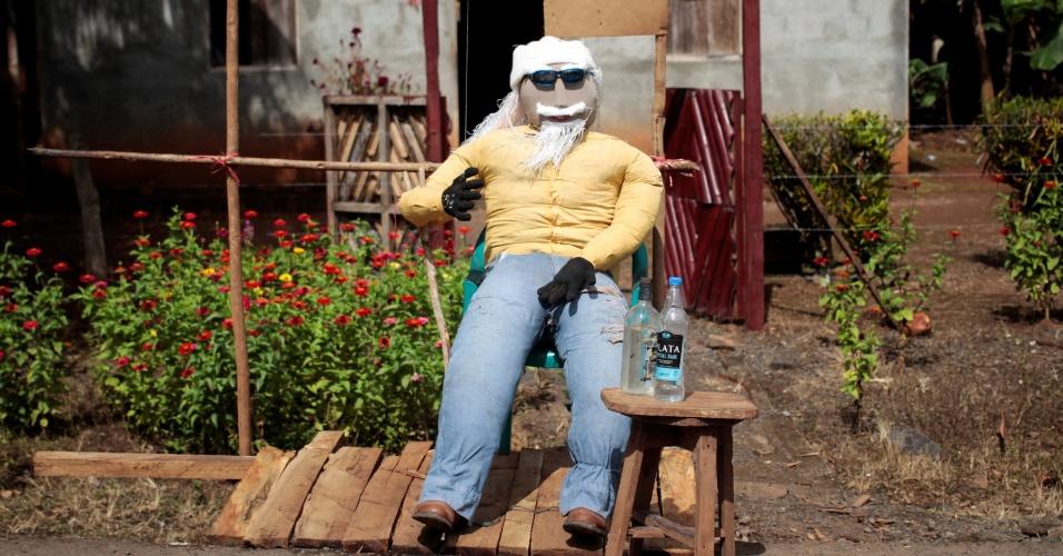Esse boneco de pano representa 2017. Ele vai ser queimado à meia noite e essa é uma maneira bem tradicional de dar adeus ao velho ano em San Juan, na Nicarágua