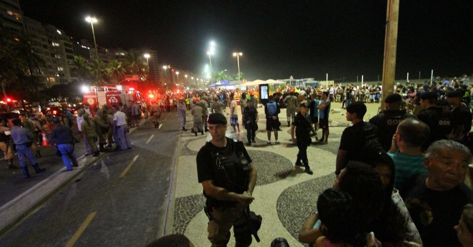 18.jan.18 -Carro invade calçadão na orla de Copacabana na noite desta quinta (18). Pelo menos 15 pessoas foram atingidas