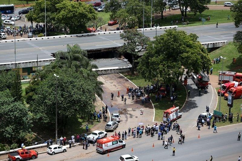 Imagem aérea mostra queda de parte de viaduto em Brasília