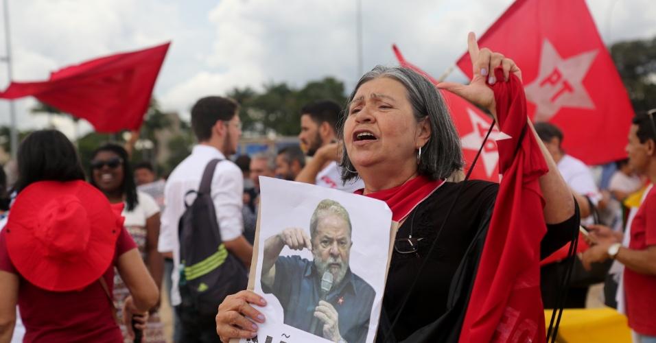 22.mar.2018 - Protesto a favor do ex presidente do Brasil, Luiz Inácio Lula da Silva, na frente do Supremo Tribunal Federal, em Brasília (DF), que julga o habeas corpus para Lula, nesta quinta-feira (22).