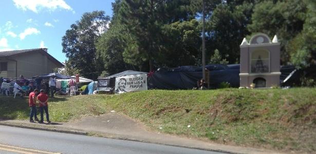 18.abr.2018 - Terreno na Rua Padre João Wislinski, em Santa Cândida, Curitiba, usado para acampamento de apoiadores do ex-presidente Lula