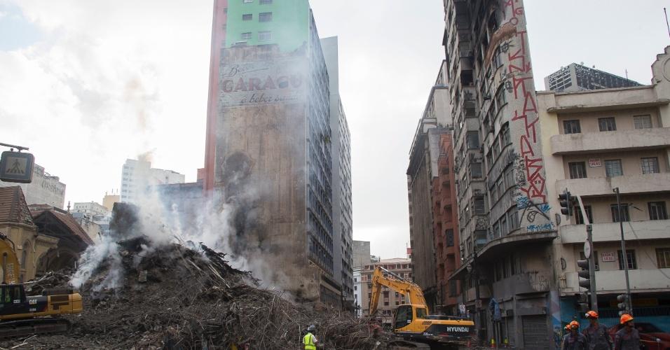 3.mai.2018 - O prédio que fica em frente ao edifício Wilton Paes de Almeida, que desabou, tem risco iminente de queda, segundo informaram os bombeiros nesta quinta-feira. O prédio (à dir. e com a fachada pichada) é comercial e está desocupado desde terça-feira