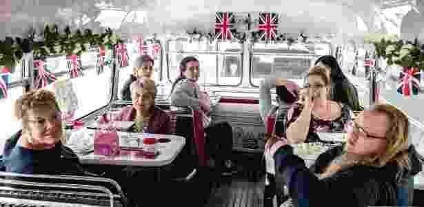 """Passageiras a bordo do """"Royal Tea Bus Tour"""", em Londres - Andrew Testa/The New York Times"""