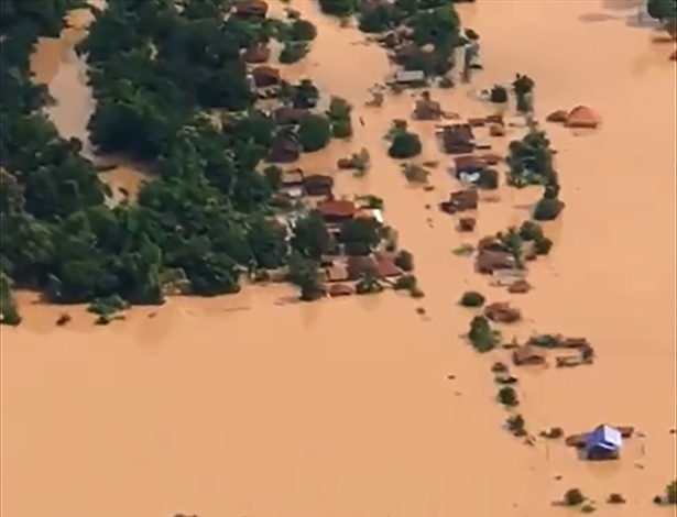 Imagem de vídeo mostra vista aérea de Attapeu inundada após colapso de barreira