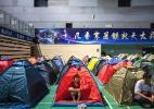 Pais chineses dormem em barracas para acompanhar primeiros dias dos filhos na faculdade - Lam Yik Fei/The New York Times