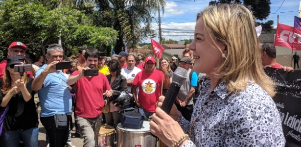 Gleisi fala em ato pelos 73 anos do ex-presidente, na vigília Lula Livre, em Curitiba