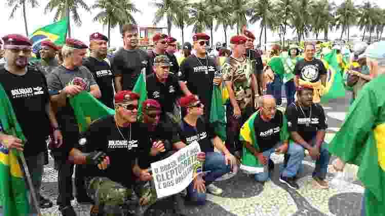 Um grupo de paraquedistas da reserva chamou atenção e virou atração para fotos - Pauline Almeida/UOL