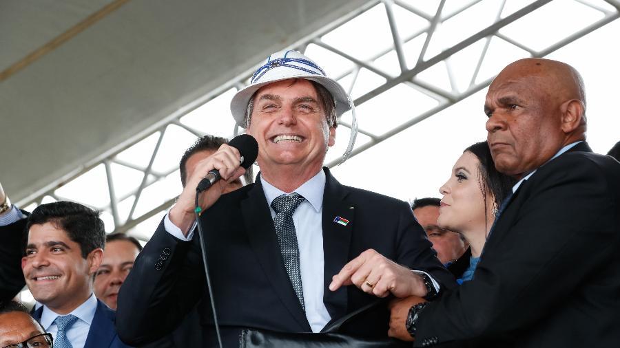 O presidente Jair Bolsonaro, usando um chapéu de vaqueiro, discursa durante inauguração do aeroporto de Vitória da Conquista, na Bahia - Divulgação - 23.jul,19/Presidência da República