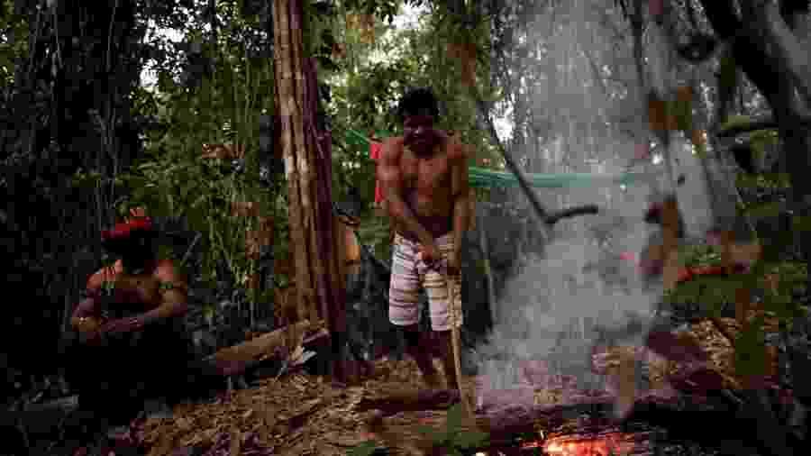 """Índios guajajara, """"guardiões da floresta"""", fazem fogueira em acampamento perto de Amarante, no Maranhão - Ueslei Marcelino/Reuters"""