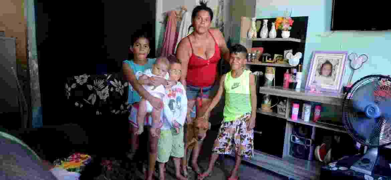 Aurenir da Silva vive com outras 11 pessoas da família no conjunto Virgem dos Pobres, na periferia de Maceió, e foi excluída do Bolsa Família - Beto Macário/UOL