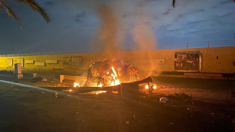 Foto mostra veículo destruído perto de onde o comboio do general iraniano Qasem Soleimani foi alvo de ataque de drone dos EUA quando deixava o aeroporto de Bagdá, no Iraque - AFP/HO/IRAQI MILITARY