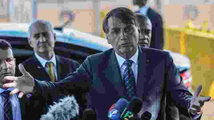 Jair Bolsonaro fala a jornalistas diante do Palácio da Alvorada, em Brasília - Gabriela Biló/Estadão Conteúdo