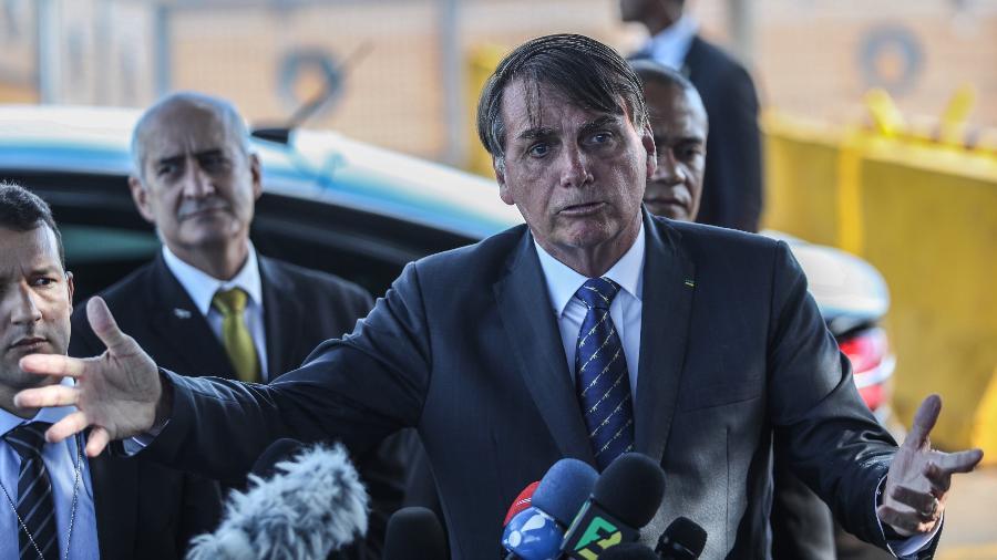 Jair Bolsonaro fala a jornalistas diante do Palácio da Alvorada, em Brasília, no dia 15/01 - Gabriela Biló/Estadão Conteúdo