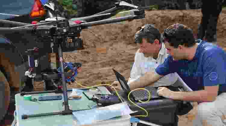 Pesquisadores da UNB ajustando drone usado para sobrevoar o rio Paraopeba e medir a quantidade de sedimentos da barragem que se rompeu em Brumadinho - Divulgação/UNB/AquaSense