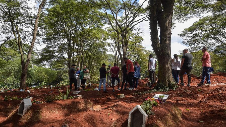Parentes de vítima da covid-19 acompanham enterro no cemitério da Vila Formosa, em São Paulo - Nelson Almeida/AFP