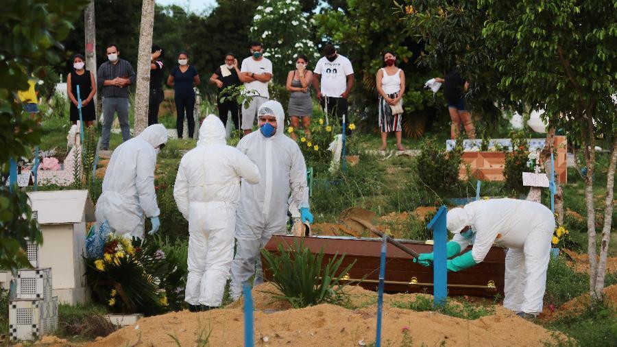 Enterro de Denis Queiroz da Silva de 34 anos, vítima confirmada da covid-19, no Cemitério Parque Tarumã - EDMAR BARROS/ESTADÃO CONTEÚDO