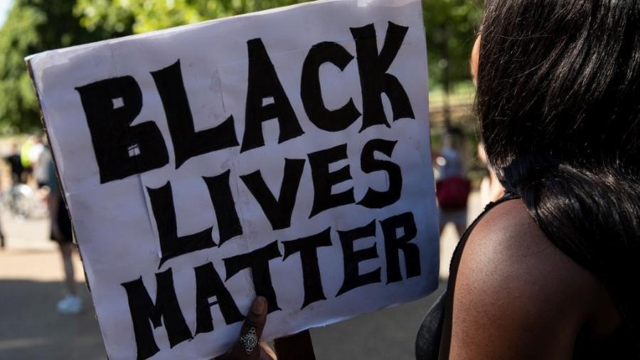 """1º.jun.2020 - """"Vidas negras importam"""", diz o cartaz que a mulher segura em protesto realizado em Londres, nesta segunda-feira, após a morte do afro-americano George Floyd, nos Estados Unidos - Dan Kitwood/Getty Images"""