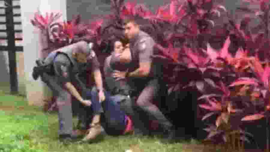 14.jul.2020 - PM se ajoelha no pescoço de um motoboy durante abordagem na avenida Rebouças, em SP - Reprodução