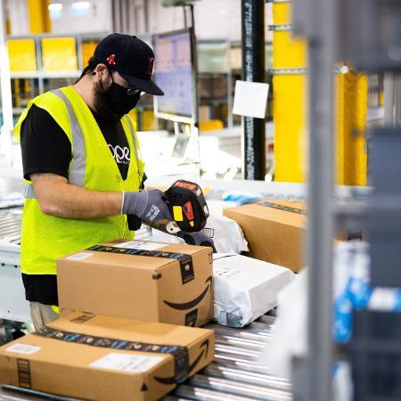Amazon: estoquistas se queixam do ritmo intenso de catalogação e despacho dos produtos - Divulgação