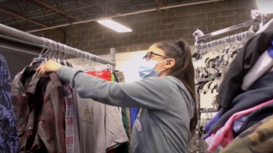 A funcionária Maqayla DeLaPena, que encontrou a jaqueta doada por engano com R$ 28 mil no bolso  - Reprodução/Goodwill