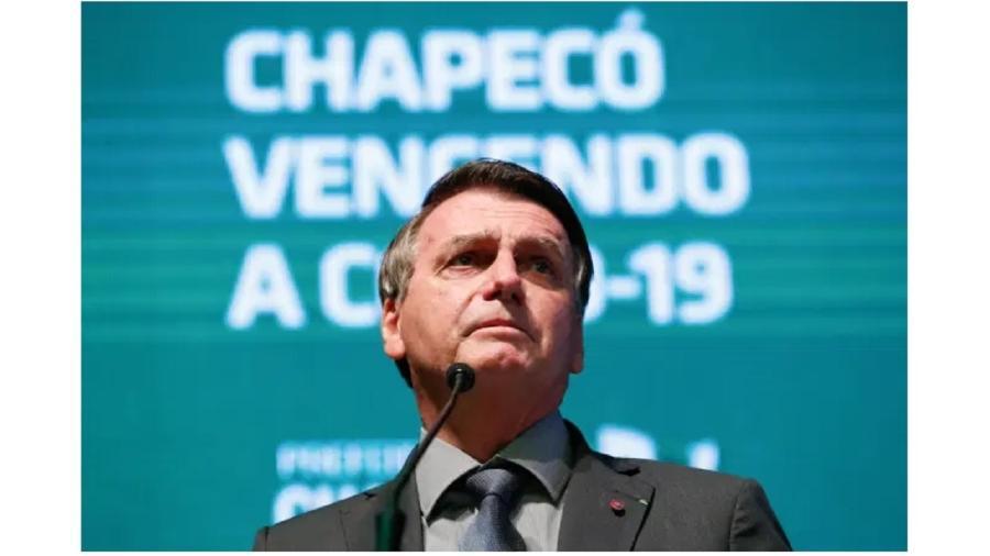 Bolsonaro em Chapecó, à frente de um painel que mente sobre a Covid-19 - Alan Santos/PR