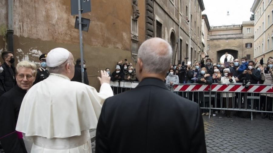 O papa Francisco acena para pessoas após ter celebrado uma missa em uma igreja próxima à Praça de São Pedro - AFP