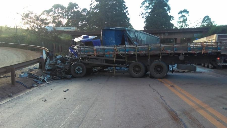Uma pessoa morreu e outra está em estado grave após duas carretas baterem de frente na BR-040, próximo a Ouro Preto, em MG - VIA 040