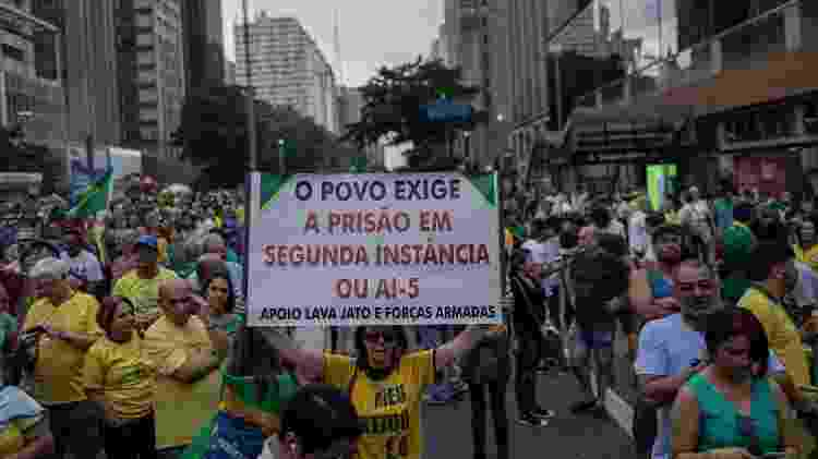 Mulher segura cartaz em defesa do AI-5 em ato convocado pelo MBL contra Lula em 2019 - Bruno Santos/Folhapress - Bruno Santos/Folhapress