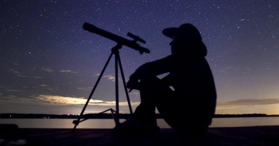 13.ago.2015 - Observador aguarda a chuva de meteoros Perseidas, perto de Bobcaygeon, Ontario, Canadá. O evento ocorre anualmente e tem este nome por ser avistado da Terra próximo da constelação de Perseu