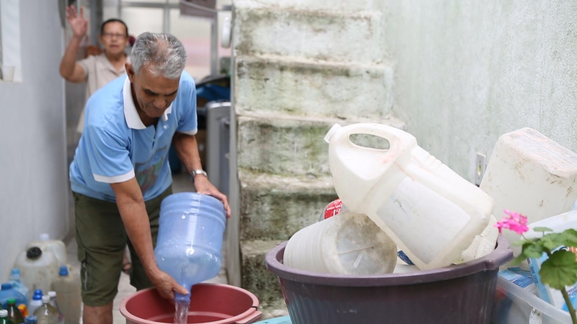3.out.2015 - Na casa de Francisco Fernandes Rosa, 67, a solução encontrada foi captar água da chuva. O aposentado mora na zona norte de São Paulo