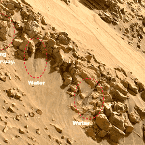 """O site """"Ufo Sightings Daily"""" disse ter encontrado evidências de água corrente em outra imagem do robô Curiosity em Marte. Além disso, os ufólogos identificaram o que seriam possíveis construções antigas - Nasa/Ufo Sightings Daily"""