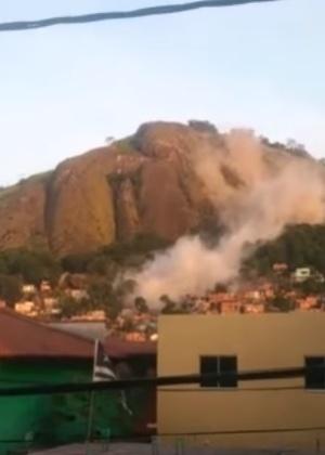 O rolamento da pedra deixou uma nuvem de poeira entre as casas do Morro da Boa Vista