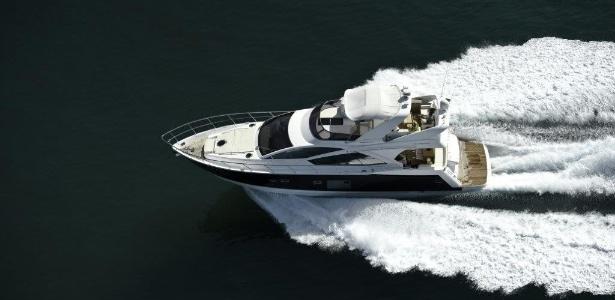 A lancha Phantom 620, da marca Schaefer Yachts, está em feira no Guarujá (SP) - Divulgação