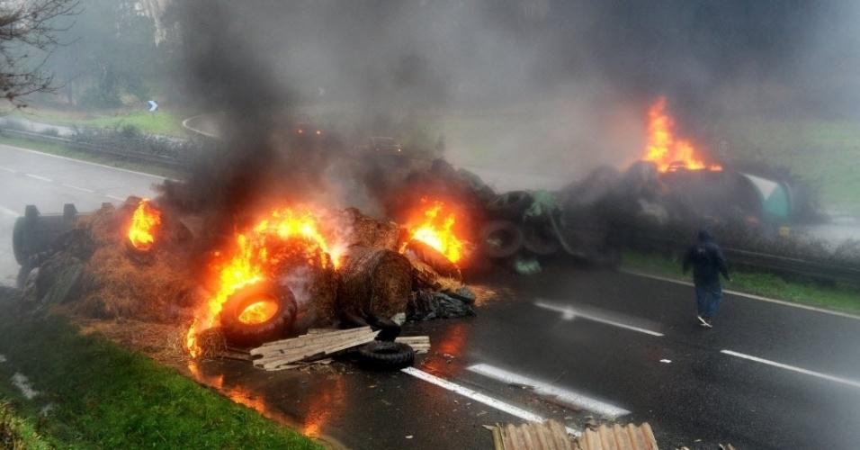 27.jan.2016 - Agricultores franceses protestam na estrada nacional em Quimperlé, oeste da França. Sindicatos agrícolas organizaram manifestações contra a queda do preço dos produtos