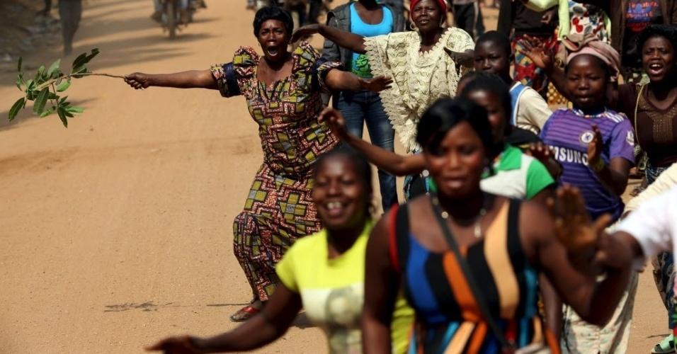 11.fev.2016 - Eleitoras fazem fila e formam um corredor para esperar o candidato à Presidência da República Anicet Georges Dologuélé passar com seu carro de campanha na cidade de Bouar, na República Centro-Africana. O segundo turno das eleições está marcado para esse domingo (14)