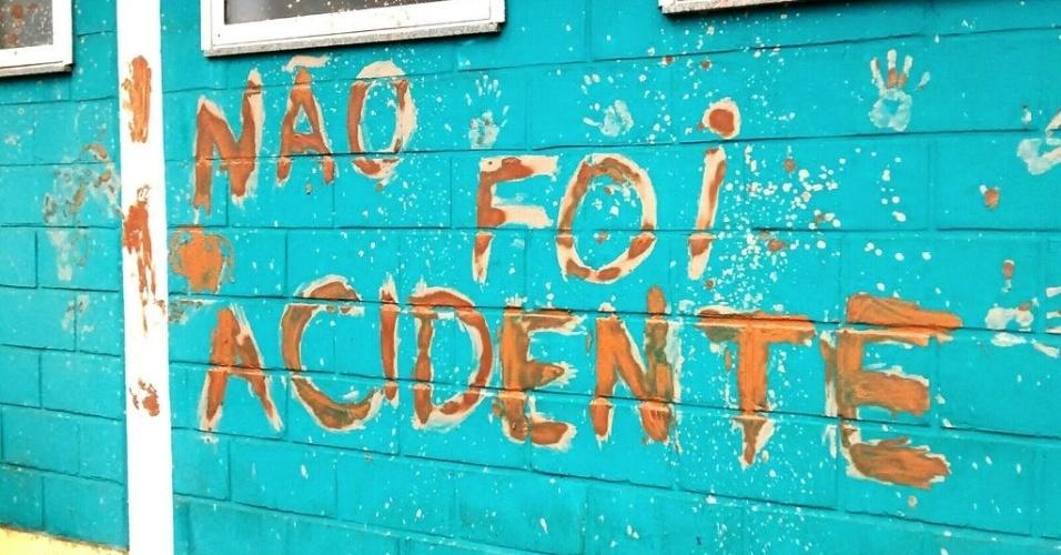 """8.mar.2016 - Mulheres ligadas ao MST (Movimento dos Trabalhadores Rurais Sem Terra) fizeram protesto nas dependências da mineradora Samarco, travando estradas, trilhos e a extração do Complexo de Mariana (MG). De acordo com o movimento, 1.500 mulheres participaram da ocupação. Frase """"não foi acidente"""" foi escrita com lama em parede do local, em referência ao desastre de quatro meses atrás. Mulheres do MST fazem ações por todo o Brasil"""