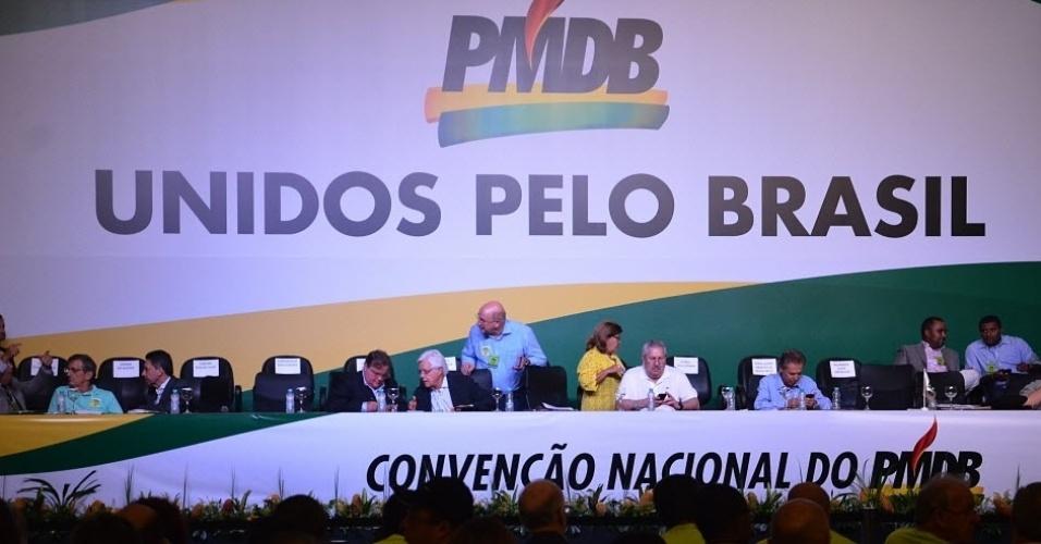"""12.mar.2016 - A convenção nacional do PMDB começou na manhã deste sábado (12) embalada pelos gritos da militância de """"fora, Dilma"""" e """"fora, PT"""". A convenção vem sendo classificada nos bastidores como """"um aviso prévio"""" do PMDB à presidente. Líderes da sigla afirmam que, agora, é o momento """"de falar para dentro"""" do partido e pregar a união em torno de Temer, que será reeleito presidente da sigla"""