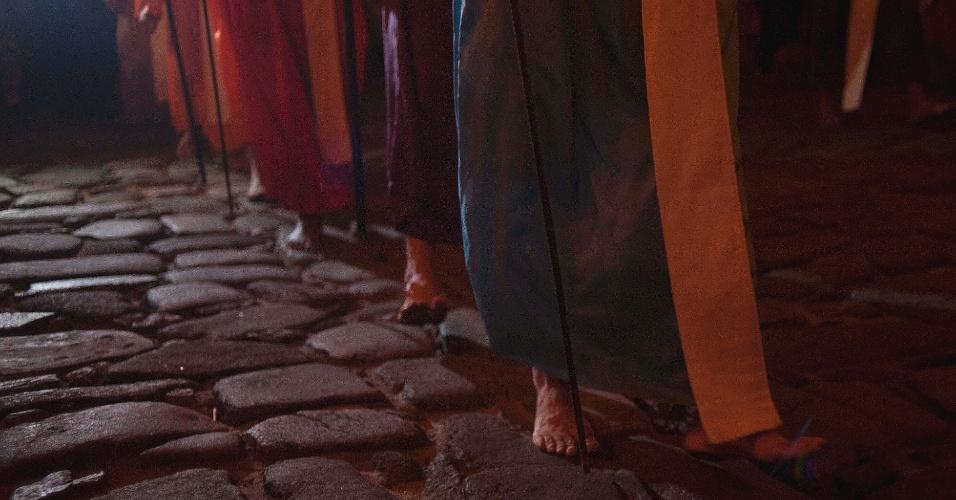23.mar.2016 - Tido originalmente como um ritual de penitência, os fiéis seguem descalços pela procissão do Fogaréu de Goiás
