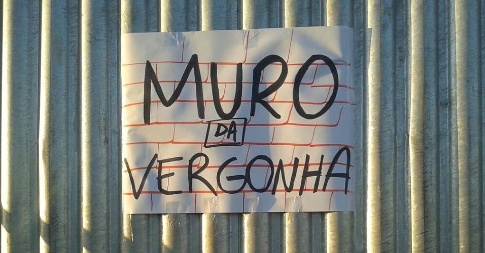 13.abr.2016 ? Cartaz com a frase ?Muro da vergonha? é colocado do lado do muro onde ficarão manifestantes pró-impeachment no próximo domingo (17), dia da votação no plenário na Câmara do processo de afastamento da presidente Dilma Rousseff