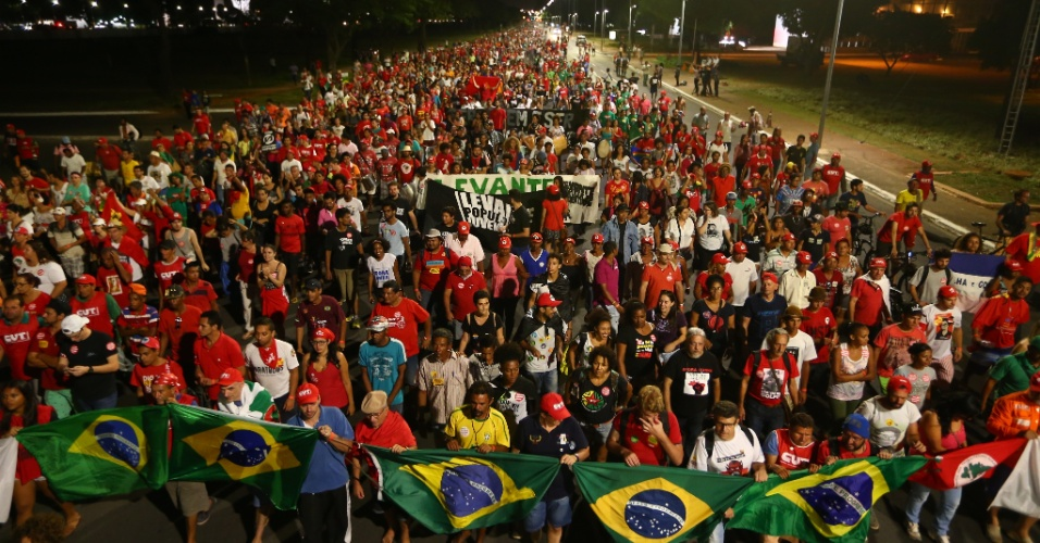 16.abr.2016 - Integrantes de movimentos sociais e centrais sindicais que são contra o impeachment da presidente Dilma Rousseff fazem passeata pela Esplanada dos Ministérios, rumo ao Congresso Nacional, em Brasília