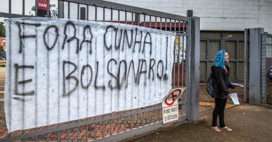 27.abr.2016 - Estudantes da Unicamp (Universidade Estadual de Campinas), em Campinas (93km de São Paulo), fecham duas entradas do campus em protesto contra o impeachment, contra o presidente da Câmara, Eduardo Cunha, e contra o deputado federal Jair Bolsonaro (PSC-RJ)