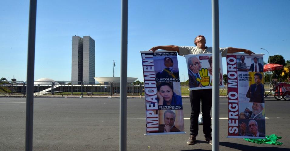 11.mai.2016 - Manifestante segura cartazes na Esplanada dos Ministérios, em Brasília, durante sessão plenária do Senado para decidir sobre a admissibilidade do processo de impeachment da presidenta Dilma Rousseff