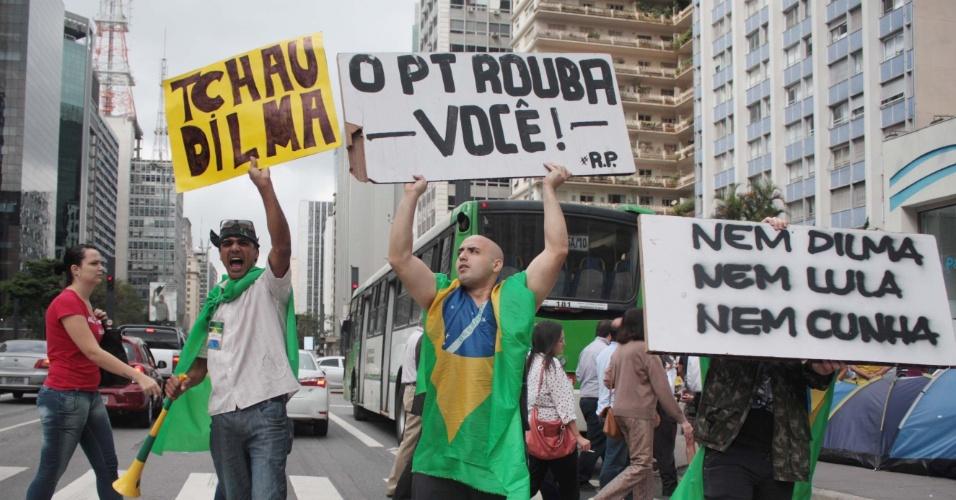 11.mai.2016 - No dia da votação no Senado, manifestantes que permanecem no acampamento montado em frente ao prédio da Fiesp (Federação das Indústrias de São Paulo), na avenida Paulista, em São Paulo, protestam a favor do impeachment da presidente Dilma Rousseff