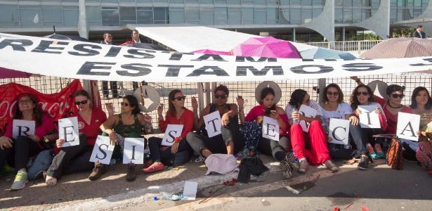 Mulheres contrárias ao impeachment da presidente afastada, Dilma Rousseff, se acorrentam a grade do Palácio do Planalto, em Brasília