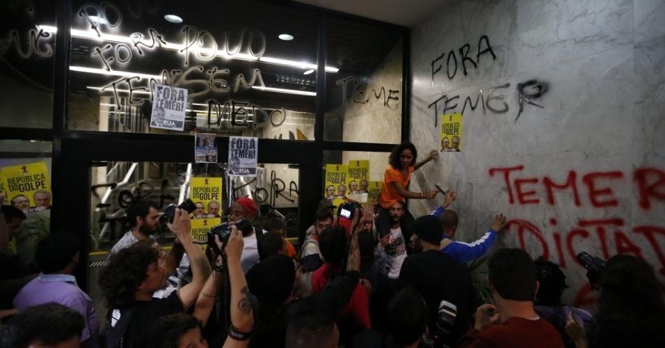 12.mai.2016 - Escritório da Presidência da República em São Paulo, na avenida Paulista, é pichado por manifestantes contrários ao impeachment e ao presidente interino Michel Temer. Milhares de pessoas protestam no local contra o novo governo
