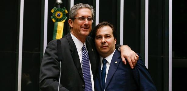 Rosso abraça Rodrigo Maia (DEM-RJ) durante o segundo turno da eleição para a Câmara em julho