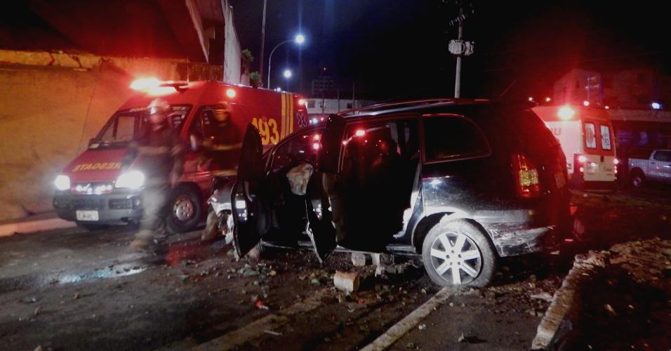 17.jul.2016 - Acidente de carro deixa três feridos na madrugada deste domingo (17), na Avenida dos Bandeirantes, em São Paulo (SP), próximo ao Aeroporto de Congonhas. As vítimas foram socorridas e encaminhadas para um hospital da região