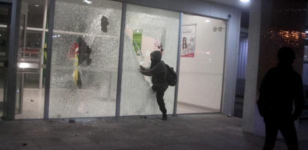Agência bancária é depredada por manifestantes contra Temer durante ato em Porto Alegre (RS)