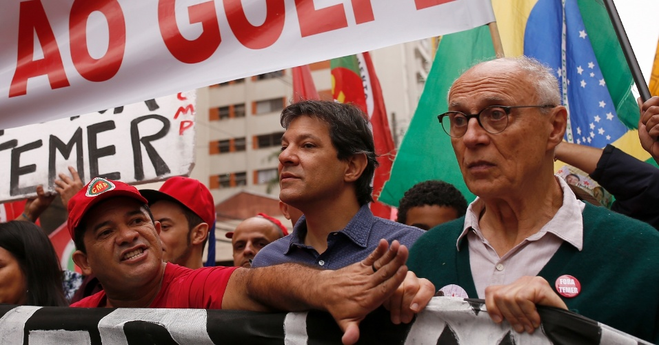 7.set.2016 - Acompanhado do ex-senador Eduardo Suplicy (PT), o prefeito de São Paulo e candidato à reeleição, Fernando Haddad, participa de protesto Grito Contra o Golpe e Fora Temer, na região da avenida Paulista, em São Paulo (SP)
