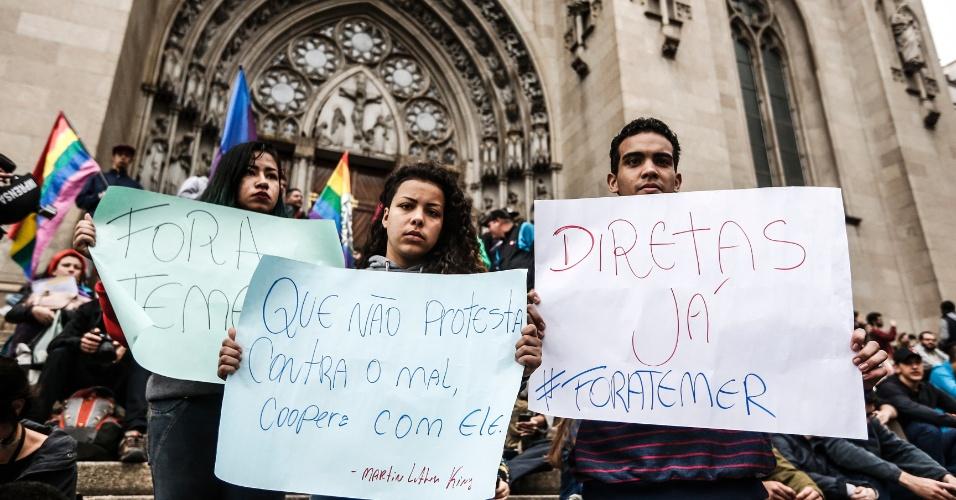 7.set.2016 - Manifestantes se concentram na Praça da Sé, centro de São Paulo, para protesto contra o presidente Michel Temer